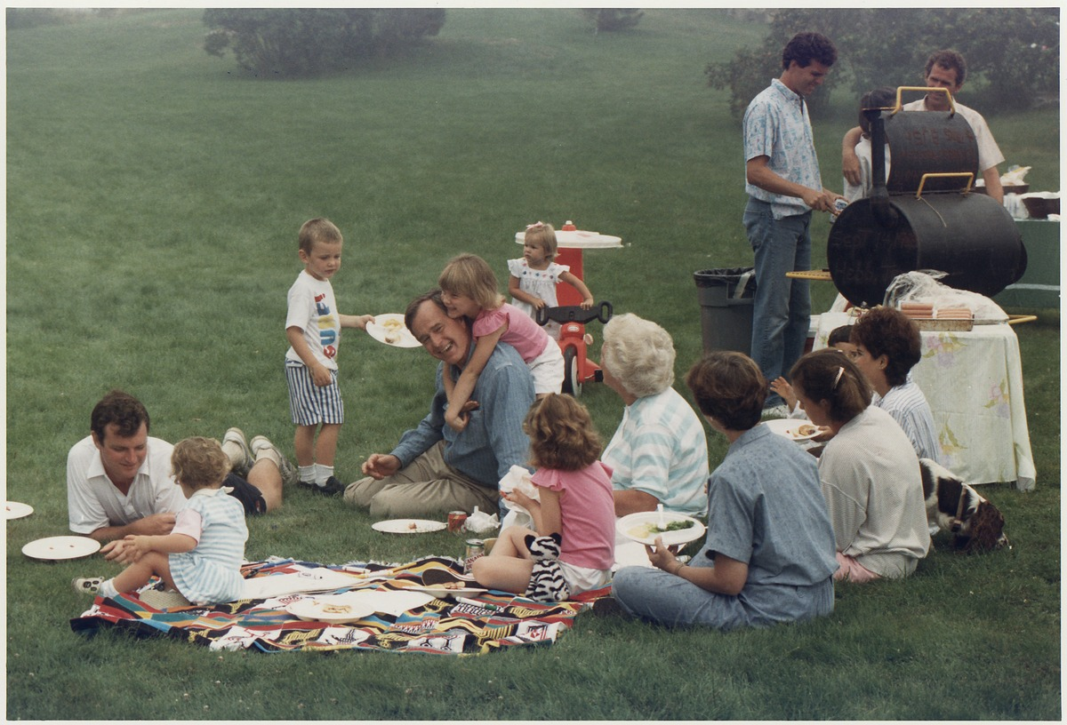 George H. W. Bush picnics on the lawn of his Kennebunkport home with his family, 1988 (Public Domain, US National Archives, David Valdez, 1949-, Photographer)
